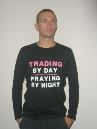 Koszulka z długim rękawem: &#34Trading by day, praying by night&#34